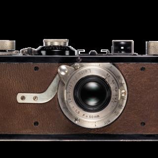 1925 - Sob o nome Leica (Leitz Camera), a câmara, inventada e desenvolvida por Oskar Barnack, está marcada para a produção em série e apresentada ao público pela primeira vez em março de 1925, o Leipzig Spring Fair.
