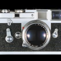 1954 - O modelo de câmera completamente redesenhado, o M3, está equipado com um brilhante-line telêmetro / visor combinado com compensação de paralaxe automática, bem como limites de seu campo de visão com ajustes automáticos para as 50, 90 e 135 milímetros intervalos. Além disso, ela tem uma montagem de baioneta para as lentes permutáveis, bem como um fecho, não rotativo cronômetro. Um acessório fornecido inclui um cronômetro deslizante que é acoplado com o medidor de exposição. A alavanca de liberação rápida torna o transporte muito mais fácil filme.