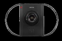 1996 - A primeira câmera digital da Leica é um varredor câmera com uma resolução de imagem de 75 megapixels. Devido ao tempo de varredura relativamente longo, a câmera é projetada para particularmente reproduções de alta qualidade para arquivos e museus ou para fotos de natureza morta tiradas em um estúdio. Além da Leica R e lentes M, os fotógrafos podem também usar lentes de outros fabricantes com o uso de adaptadores.